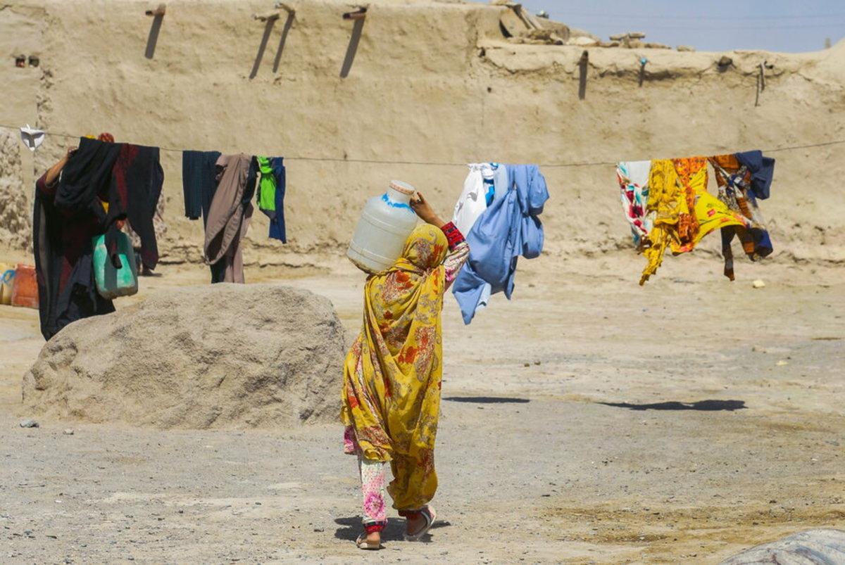 زنان و کودکان کولبران آب؛ داستان هزارها روستای بی آب در ایران