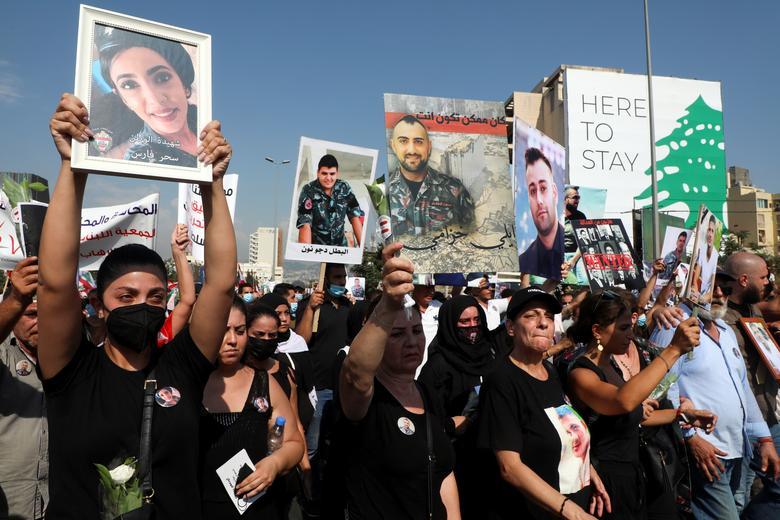 معترضان لبنانی تصاویر قربانیان انفجار بیروت