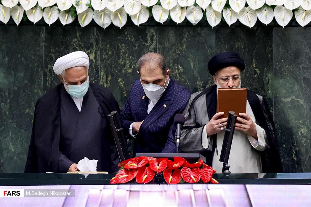 رئیسی پس از ادای سوگند: برنامه هسته ای جمهوری اسلامی، کاملا صلح آمیز است/ تحریمها علیه ملت ایران باید لغو گردد