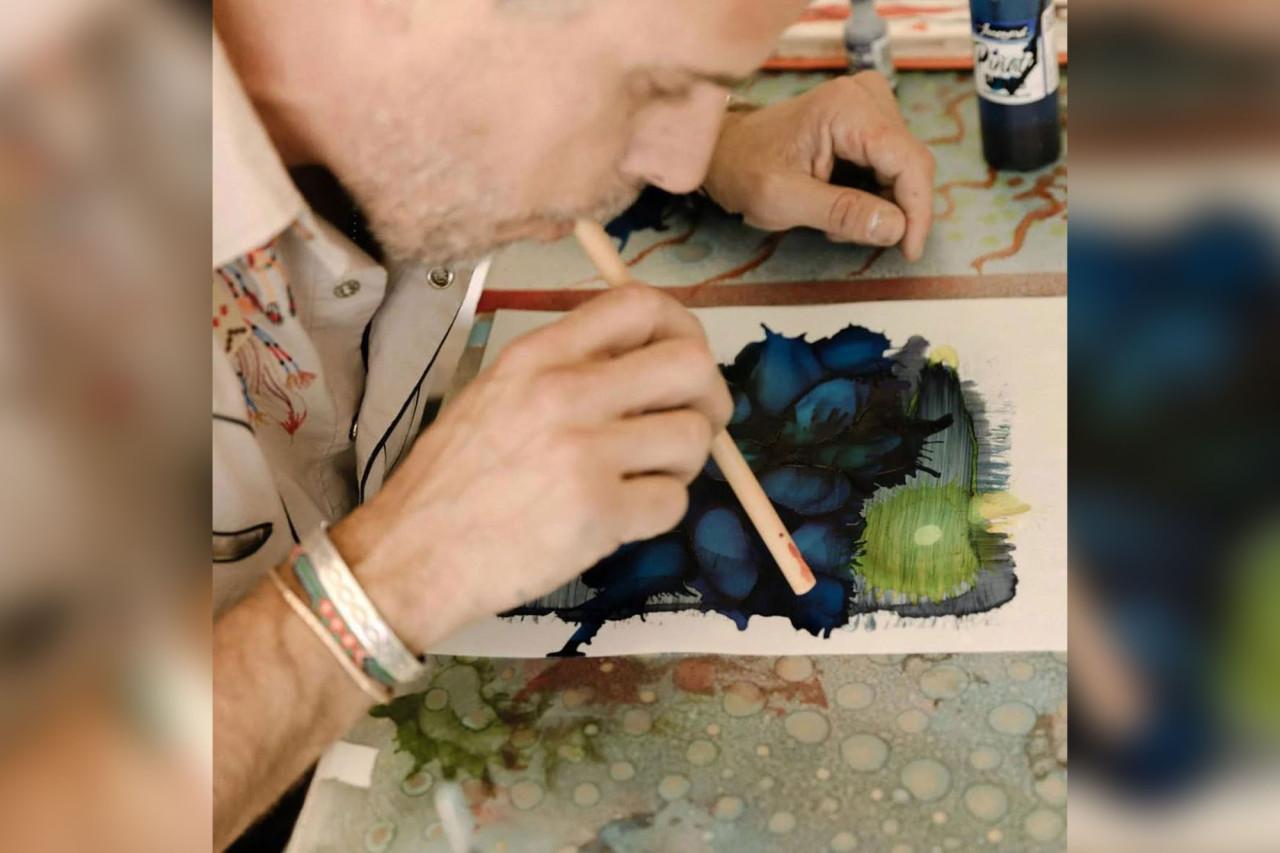 هانتر بایدن در حال نقاشی