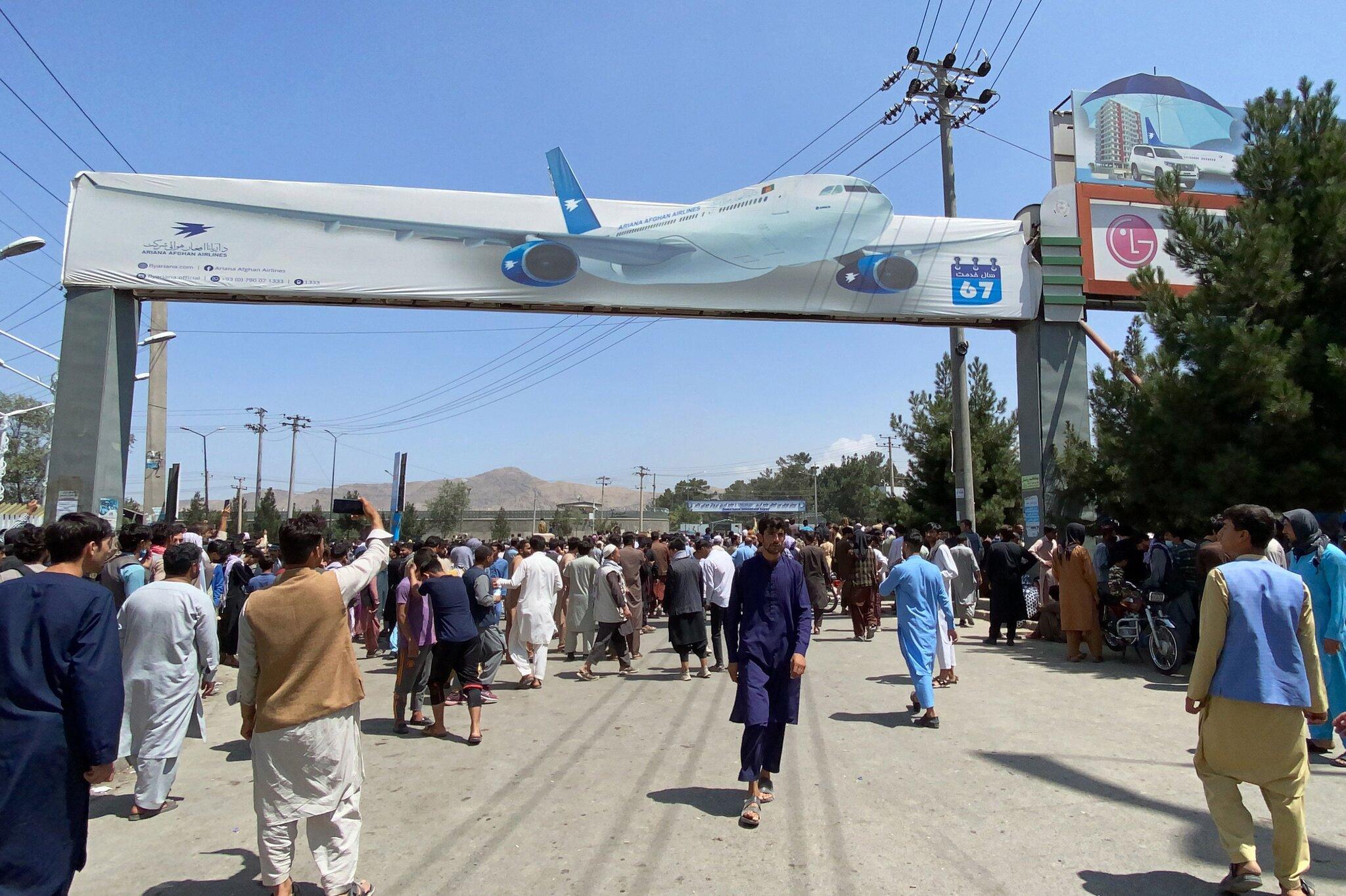 افغانستان؛ دلخراش ترین تلاشها برای فرار از کابل/ هرج و مرچ در فرودگاه/ تعلیق پروازهای غیرنظامی