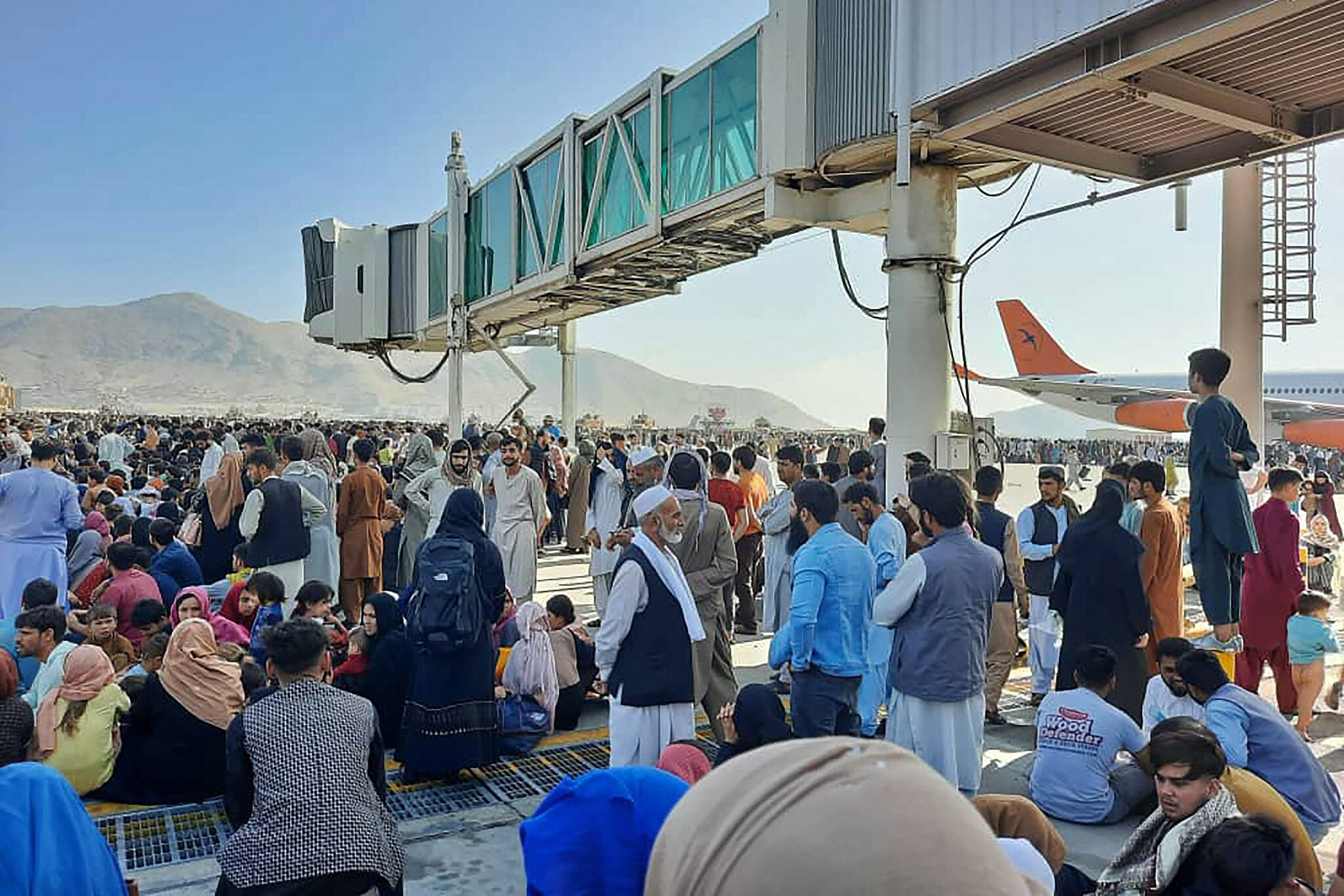 مردم روی باند فرودگاه کابل