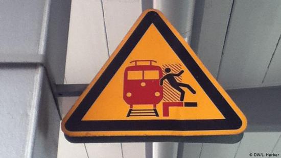 آلمان و تابلوهای راهنمایی عجیب و غریباش