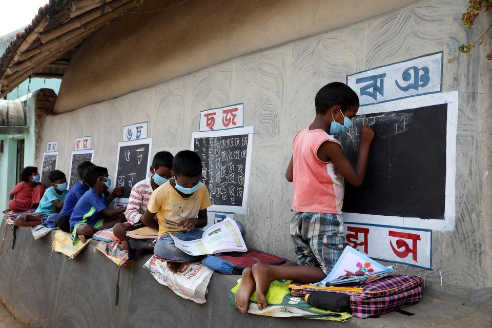 معلم خیابان در روستای دورافتاده هند؛ تبدیل دیوار خانه ها به تخته سیاه (عکس)