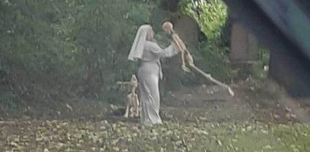 حرکات عجیب زن راهبه با اسکلت در قبرستان!