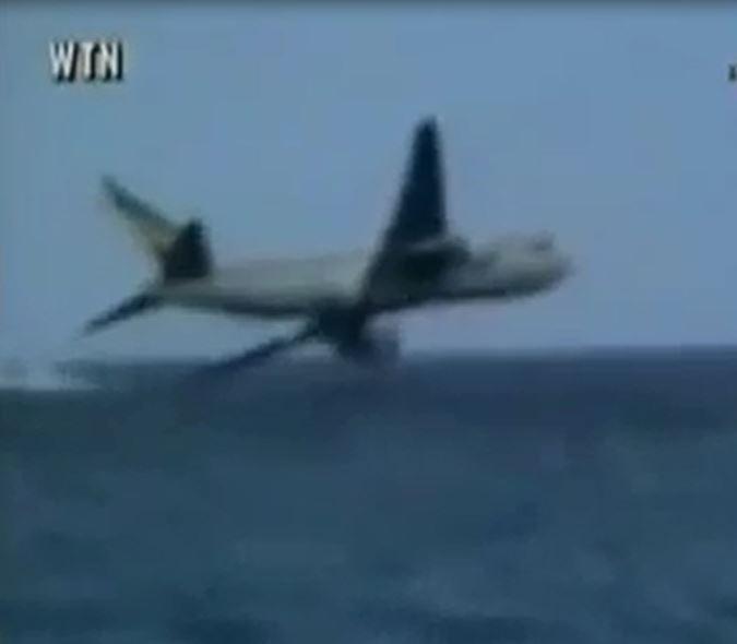 لحظه برخورد پرواز 961 خطوط هوایی اتیوپی با سطح اقیانوس (فیلم)