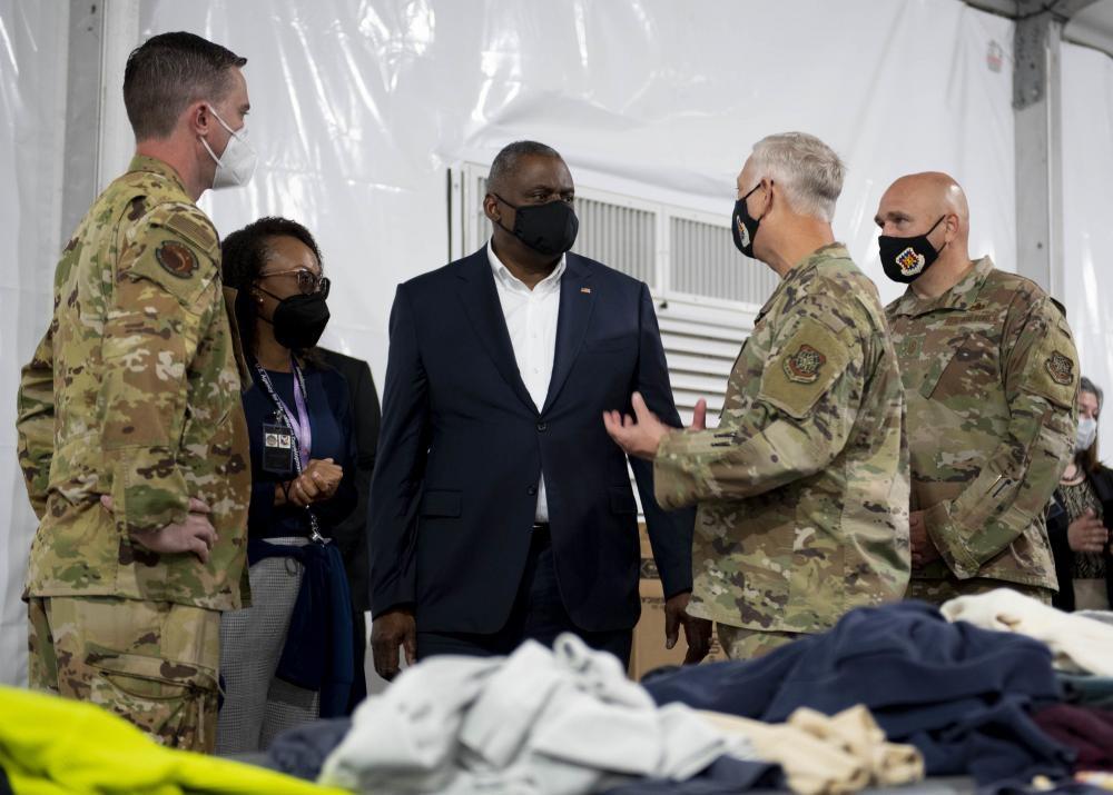 بازدید وزیر دفاع آمریکا از کمپ مهاجران در افغانستان