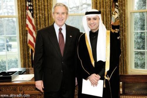 عادل الجبیر (راست) سفیر وقت عربستان سعودی در واشنگتن در کنار جورج بوش رئیس جمهور وقت آمریکا در کاخ سفید