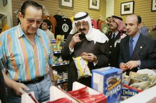 عادل الجبیر (راست) در کنار ملک عبدالله در فروشگاهی در آمریکا