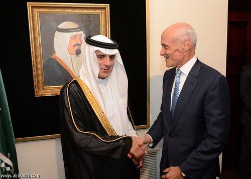 عادل الجبیر (چپ) سفیر عربستان سعودی در واشنگتن در محل سفارتخانه