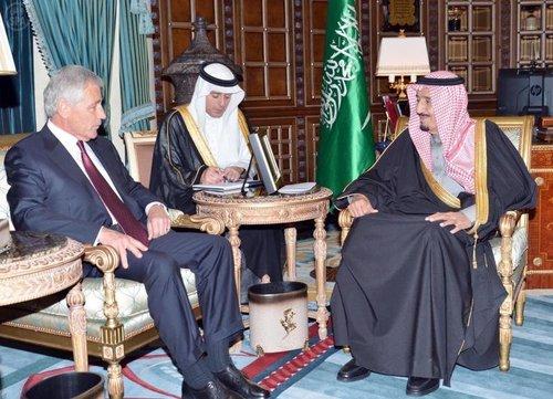 ملک سلمان پادشاه عربستان سعودی (راست)، عادل الجبیر سفیر وقت عربستان سعودی در واشنگتن (وسط) و چاک هگل وزیر دفاع وقت آمریکا