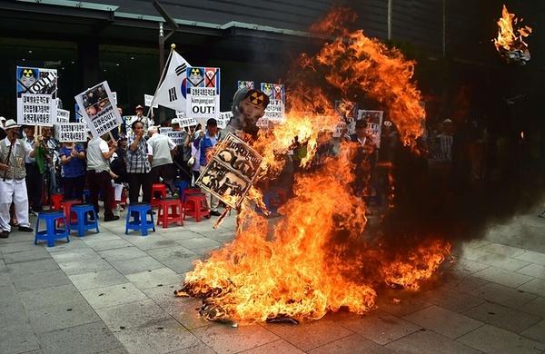 آتش زدن آدمک کیم جونگ اون رهبر کره شمالی در جریان تظاهرات اعتراضی در شهر سئول