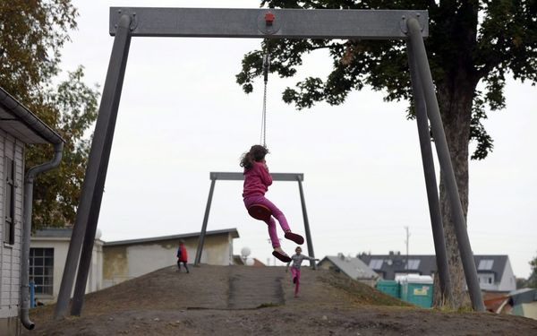 تاب بازی یک دختر بچه در یک کمپ پناهجویان در اتریش