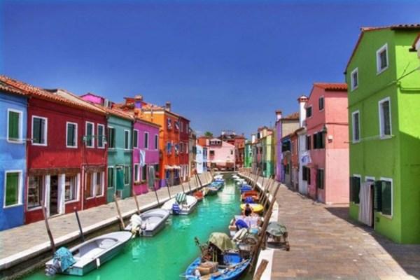 15 - روستای بورانو، در حوضه آبی ونیز در ایتالیا.