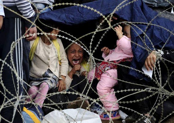 گریه یک دختر بچه پناهجوی سوریه ای در مرز یونان و مقدونیه