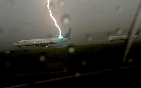 برخورد صاعقه با هواپیمای بویینگ در فرودگاه بین المللی آتلانتا – آمریکا