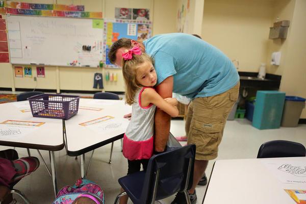 خداحافظی با پدر در روز اول مدرسه در آمریکا – فلوریدا