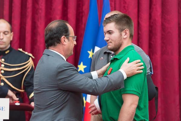 اعطای نشان افتخار از سوی فرانسوا اولاند رییس جمهور فرانسه به 3 شهروند آمریکایی و یک بریتانیایی به خاطر ناکام گذاشتن حمله تروریستی اخیر در قطار آمستردام – پاریس –