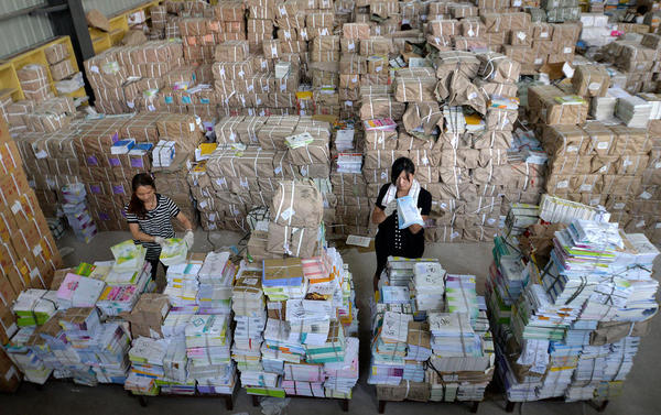یک فروشگاه عرضه کتاب های درسی به دانش آموزان چینی در حال جداسازی و تفکیک کتاب ها در آستانه بازگشایی مدارس
