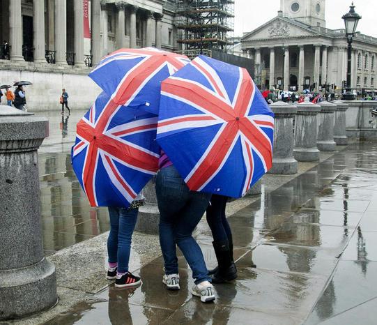 توریست ها زیر باران تابستانی در میدان ترافالگار لندن