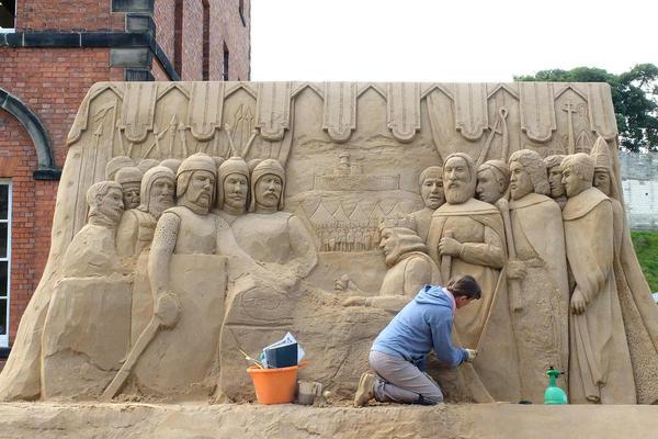 هنرمند بلغار در حال کار روی یک مجسمه شنی برای نمایشگاهی در لینکلن شایر بریتانیا