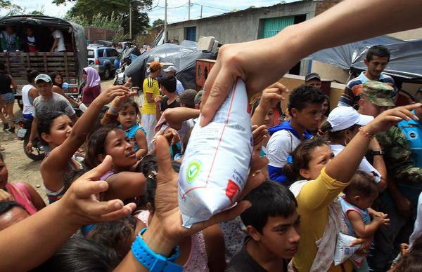 توزیع اقلام غذایی بین 1100 کلمبیایی اخراج شده از کشور ونزوئلا