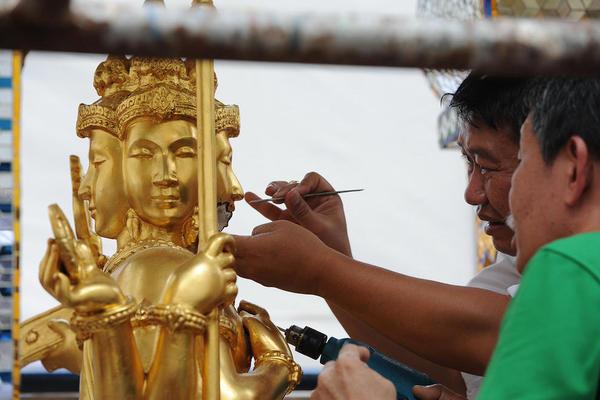 ترمیم مجسمه های یک معبد که در اثر انفجار تروریستی هفته گذشته در شهر بانکوک تایلند آسیب دیده است