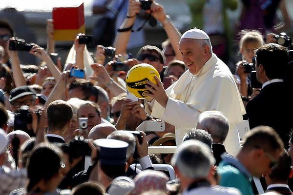 پاپ در جریان سخنرانی هفتگی چهارشنبه در میدان سن پترز واتیکان