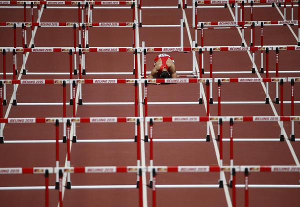 ناراحتی یک ورزشکار ناکام در مسابقات دو 110 متر با مانع در چارچوب مسابقات جهانی دو و میدانی – پکن