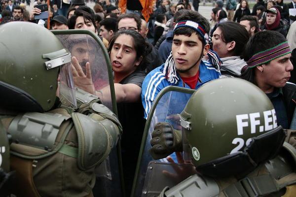 تظاهرات بومیان شیلی در مقابل کاخ ریاست جمهوری در سانتیاگو