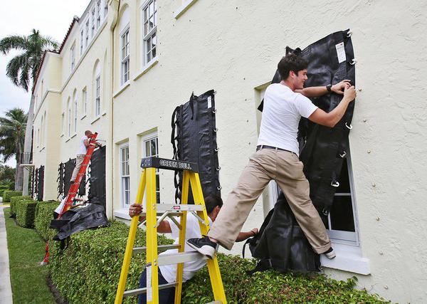 محکم کاری پنجره های یک هتل در پالم بیچ فلوریدا آمریکا پیش از رسیدن توفان اریکا