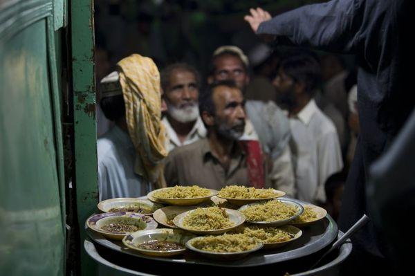 یک مرکز توزیع غذا میان نیازمندان در راولپندی پاکستان