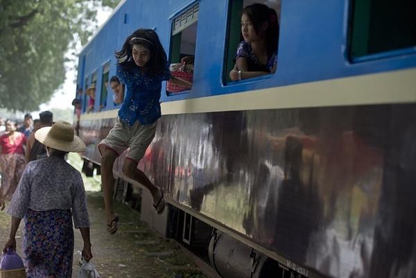 پرش یک دختر بچه به بیرون قطار در یک ایستگاه روستایی – میانمار