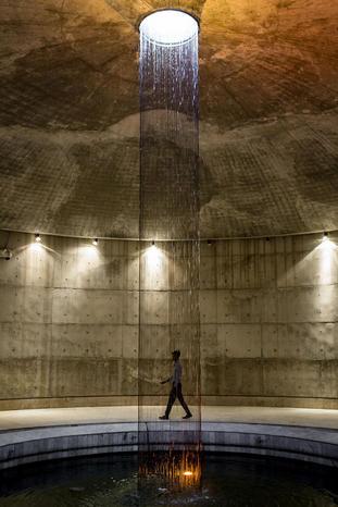 فواره آب داخل ساختمان موزه استقلال بنگلادش در شهر داکا