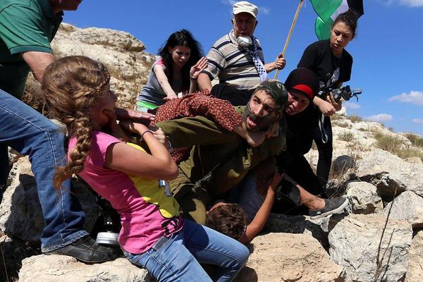 ممانعت فلسطینی ها از دستگیری یک نوجوان فلسطینی به دست سرباز اسراییلی- کرانه غربی