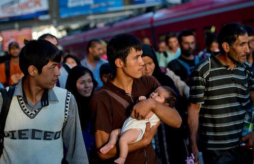 یک خانواده پناهجوی افغانی از طریق راه آهن بوداپست به ایستگاه راه آهن شهر مونیخ آلمان رسیدند