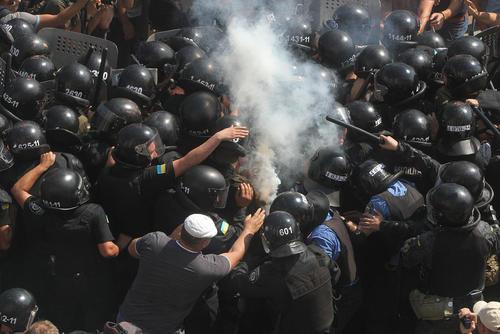 مخالفان فدرالیسم در اوکراین در مقابل پارلمان این کشور در شهر کی یف با پلیس درگیر شدند. مخالفان به تصویب کلیات لایحه فدرالیسم و تمرکز زدایی در پارلمان اعتراض کردند