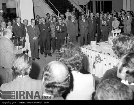 امیر عباس هویدا نخست وزیر و رییس کمیته برگزاری هفتمین دوره بازی های آسیایی تهران، برای مسوولان و کارکنان این کمیته سخنرانی می کند