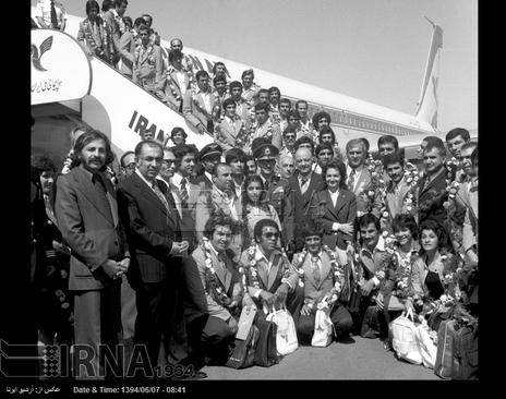 به ورزشکاران ایرانی شرکت کننده در هفتمین دوره بازی های آسیایی تهران، در مسافرت به مشهد حلقه های گل اهدا می شود