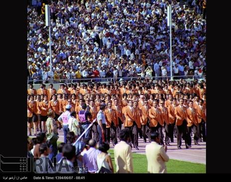 10شهریور 1353-اعضای کاروان ورزشی تیم ملی ایران در مراسم افتتاح بازی های آسیایی،درمجموعه ورزشی آریامهر تهران (آزادی کنونی) رژه می روند
