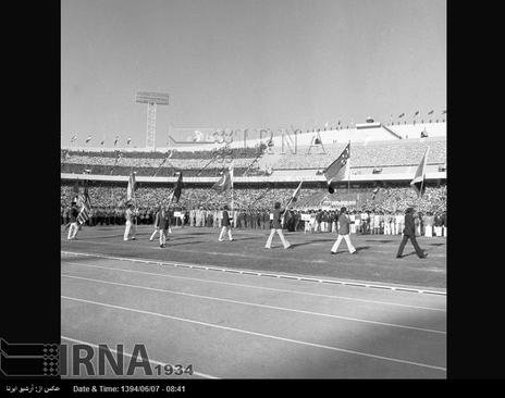10 شهریور 1353- پرچم المپیک بازی های آسیایی در مراسم افتتاح این بازی ها در استادیوم آریامهر ( آزادی کنونی ) حمل می شود