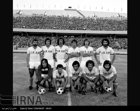 اعضای تیم ملی فوتبال ایران برای بازی با تیم برمه در بازی های آسیایی تهران ، استادیوم آریامهر ( آزادی کنونی ) در تصویر دیده می شوند