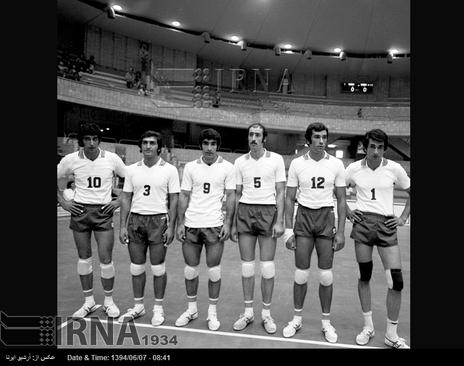 اعضای تیم ملی والیبال ایران در بازی های آسیایی تهران ، سالن والیبال مجموعه ورزشی آریامهر ( آزادی کنونی ) در تصویر دیده می شوند