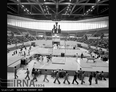 سالن برگزاری مسابقات ژیمناستیک هفتمین دوره بازی های آسیایی تهران ، مجموعه ورزشی آریامهر ( آزادی کنونی ) در تصویر دیده می شود.