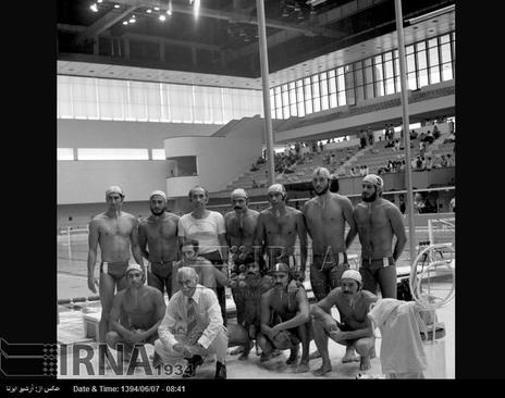 اعضای تیم ملی واترپلوی ایران در هفتمین دوره بازی های آسیایی تهران ، مجموعه ورزشی آریامهر ( آزادی کنونی ) در تصویر دیده می شوند