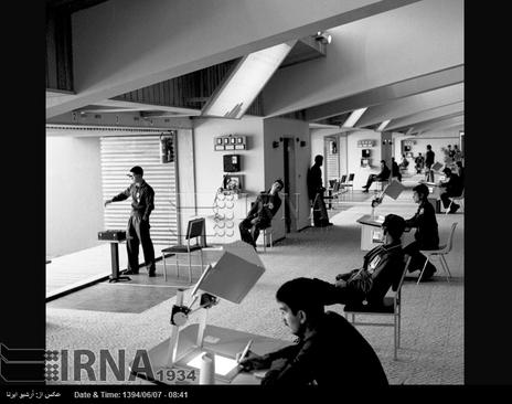 سالن برگزاری مسابقات تیراندازی با تپانچه ، در بازی های آسیایی تهران ، مجموعه ورزشی آریامهر ( آزادی کنونی ) در تصویر دیده می شود