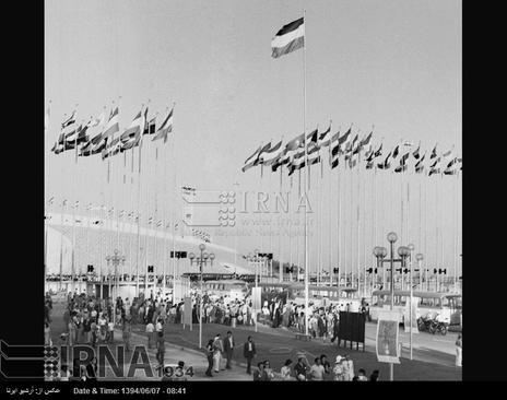 جایگاه وسایل حمل نقل عمومی در داخل مجموعه ورزشی آریامهر تهران ( آزادی کنونی ) برای جابجایی مردم، در تصویر دیده می شود