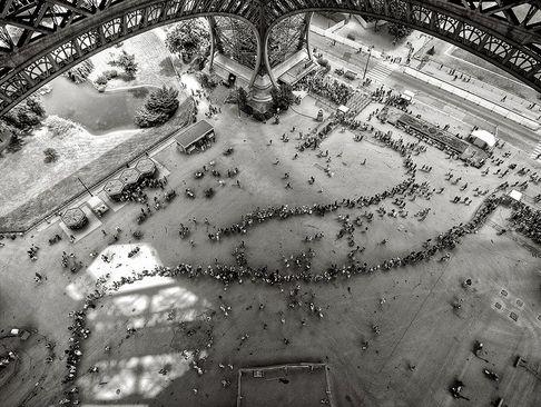 صف بازدید از برج ایفل در پاریس. سالانه 7 میلیون توریست از ایفل بازدید می کنند