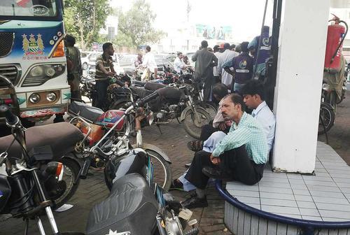 کمبود بنزین در جایگاه های عرضه سوخت در شهر کراچی پاکستان صف های طویلی ایجاد کرده است