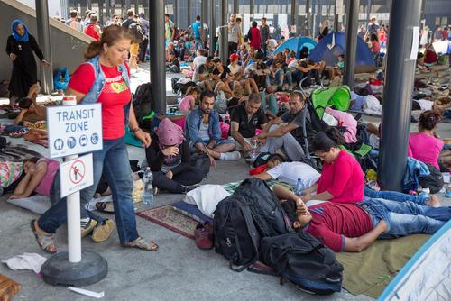 انتظار پناهجویان غالبا سوری در ایستگاه راه آهن شهر بوداپست مجارستان برای سوار شدن به قطار و رفتن به کشورهای دیگر اروپایی از جمله اتریش و آلمان